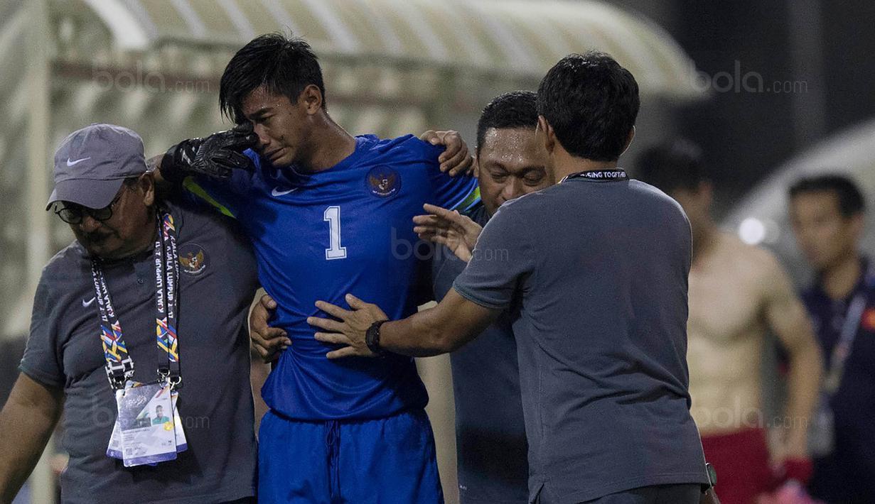 Kiper Timnas Indonesia, Satria Tama, menangis saat pertandingan melawan Vietnam di Stadion MPS, Selangor, Selasa (22/8/2017). Indonesia bermain imbang 0-0 lawan Vietnam. (Bola.com/Vitalis Yogi Trisna)