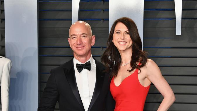 Jeff Bezos dan MacKenzie menghadiri Vanity Fair Oscar Party di Wallis Annenberg Center, Beverly Hills, California, Amerika Serikat, 4 Maret 2018. (DIA DIPASUPIL / GETTY IMAGES NORTH AMERICA / AFP)