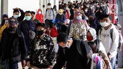 Pemudik tiba di Stasiun Senen, Jakarta, Minggu (23/5/2021). Dari 27.160 warga sebanyak 17.623 orang merupakan warga Jakarta atau ber-KTP Jakarta yang selama libur Lebaran kembali ke kampung masing-masing, sementara 9.537 merupakan warga non DKI Jakarta atau pendatang baru. (Liputan6.com/Johan Tallo)