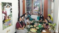 Ibu-ibu di Magelang viral usai gelar acara syukuran sinetron Ikatan Cinta. (Sumber: Twitter/@tanyainrl)