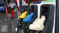 Petugas melintasi pompa BBM di SPBU, Jakarta, Kamis (5/1). Perubahan harga terhitung mulai pukul 00.00 WIB tanggal 5 Januari 2017. (Liputan6.com/Angga Yuniar)