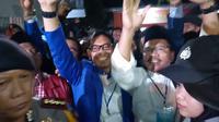 JR Saragih menyapa pendukungnya usai sidang bawaslu mengabulkan permohonannya