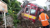 Petugas melihat rangkaian KRL yang anjlok di perlintasan Kebon Pedes, Bogor, Jawa Barat, Minggu (10/3). Akibat peristiwa tersebut, perjalanan KRL arah Bogor dan sebaliknya dihentikan sementara. (Liputan6.com/Immanuel Antonius)