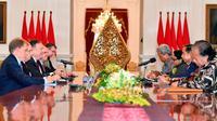 Suasana pertemuan Presiden Joko Widodo dan Menteri Luar Negeri AS Mike Pompeo di Istana Merdeka, Jakarta, (5/8). Dalam pertemuan tersebut membahas sejumlah isu mulai dari kerja sama ekonomi kedua negara. (Adek Berry/Pool Photo via AP)