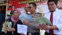 Kepolisian Resort (Polres) Rembang membekuk pengedar uang palsu berinisial SP (40), warga salah satu desa di Kecamatan Sumber, Kabupaten Rembang, Jawa Tengah. (Liputan6.com/ Ahmad Adirin)