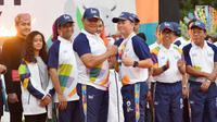 Laksamana Muda Yudo Margono bersalaman dengan VP Consumer Healthcare and Wellness and International Operation Combiphar Weitarsa Hendarto sai Api Obor Asian Games 2018 tiba di Balai Kota, Jakarta, Rabu (15/8). (Liputan6.com/Fery Pradolo)