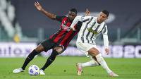 Pemain AC Milan, Fikayo Tomori, berebut bola dengan striker Juventus, Cristiano Ronaldo, pada laga Liga Italia di Stadion Allianz, Senin (10/5/2021). AC Milan menang dengan skor 3-0. (Spada/LaPresse via AP)