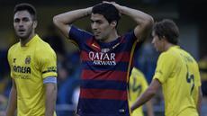 Bomber Barcelona, Luis Suarez, kecewa gagal meraih kemenangan atas Villarreal pada laga La Liga Spanyol di Stadion El Madrigal, Vila-real, Minggu (20/3/2016). Kedua tim bermain imbang 2-2. (AFP/Jose Jordan)