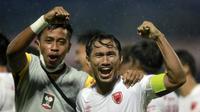 Kapten tim PSM Makassar, Zulkifli Syukur (kanan) pun terlihat gembira usai timnya berhasil untuk maju ke babak semifinal. (Foto: Bola.com/Arief Bagus)