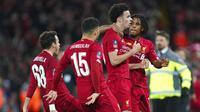 Para pemain Liverpool merayakan gol yang dicetak oleh Curtis Jones ke gawang Everton pada laga Piala FA di Stadion Anfield, Minggu (5/1/2020). Liverpool menang 1-0 atas Everton. (AP/Jon Super)