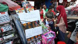 Warga memilih mainan yang dijual di Pasar Gembrong, Jakarta, Selasa (19/6). Libur Lebaran dimanfaatkan sejumlah anak-anak untuk berburu mainan di Pasar Gembrong. (Liputan6.com/Angga Yuniar)