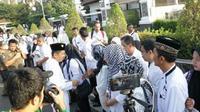 Bupati Purwakarta Dedi Mulyadi Halal bil Halal ke para PNS di hari pertama masuk kerja usai libur Lebaran. (Liputan6.com/Abramena).