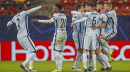 Para pemain Chelsea merayakan gol yang dicetak oleh Olivier Giroud ke gawang Atletico Madrid pada laga Liga Champions di Arena Nationala, Rumania, Rabu (24/02/2021). Chelsea menang dengan skor 1-0. (AP/Vadim Ghirda)