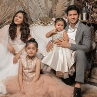 Iko Uwais dan Audy Item lakukan pemotretan keluarga perdana. (Sumber: Instagram/@audyitem)