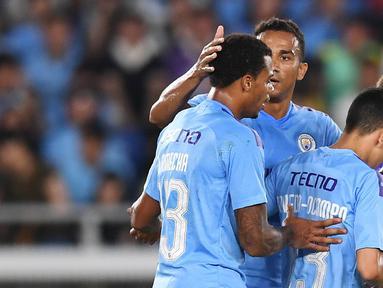 Para pemain Manchester City merayakan gol yang dicetak Lukas Nmecha ke gawang Yokohama Marinos pada laga pramusim di Stadion Yokohama, Jepang, Sabtu (27/7). Yokohama kalah 1-3 dari City. (AFP/Charly Triballeau)