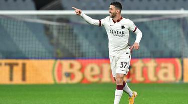 Pemain AS Roma, Leonardo Spinazzola, melakukan selebrasi usai mencetak gol ke gawang Fiorentina pada laga Liga Italia di Stadion Artemio Franchi, Rabu (3/3/2021). AS Roma menang dengan skor 2-1. (Jennifer Lorenzini/LaPresse via AP)