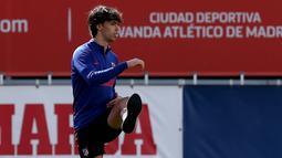 Pemain Atletico Madrid, Joao Felix, saat sesi latihan di Majadahonda, Sabtu (9/5/2020). Latihan ini digelar jelang rencana kembali bergulirnya kompetisi La liga Spanyol. (AFP Photo)