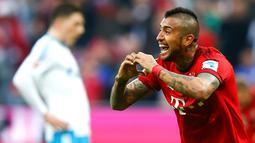 Ekspresi pemain Bayern Munchen, Arturo Vidal, setelah mencetak gol ke gawang Schalke dalam laga Bundesliga Jerman di Stadion Allianz Arena, Munchen, Jerman, (16/4/2016). (Reuters/Michael Dalder)