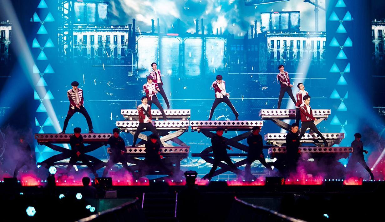 EXO kembali memperlihatkan eksistensinya sebagai salah satu boyband K-Pop yang populer. Lantaran mereka baru saja menggelar konser encore selama tiga hari berturut-turut. (Foto: twitter.com/weareoneEXO)