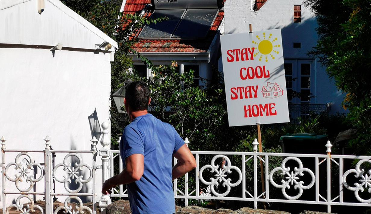 Foto yang diabadikan pada 4 April 2020 ini menunjukkan pesan yang meminta warga untuk tetap di rumah selama pandemi virus corona Covid-19 di Fairlight, Sydney, Australia. (Xinhua/Bai Xuefei)