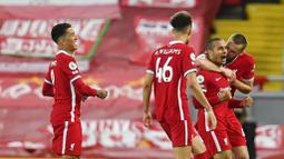 Para pemain Liverpool merayakan gol yang dicetak oleh Thiago Alcantara ke gawang Southampton pada laga Liga Inggris di Stadion Anfield, Minggu (9/5/2021). Liverpool menang dengan skor 2-0. (Paul Ellis/Pool via AP)