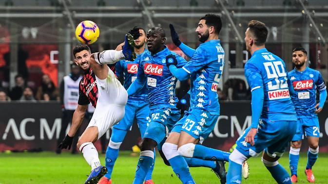 Bek ACMilan, Mateo Musacchio mencoba mempertahankan lini belakang dari gempuran pemain Napoli. (AFP/Miguel Medina)