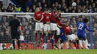 Willian melakukan tendangan bebas pada babak kelima FA Cup yang berlangsung di stadion Stamford Bridge, London, Selasa (19/2). Man United menang 2-0 atas Chelsea. (AFP/Adrian Dennis)