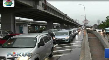 Tak hanya di jalan arteri atau jalan inspeksi, ruas jalan tol yang mengarah ke pusat Kota Jakarta juga tak luput dari kemacetan.