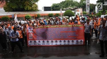 Sejumlah karyawan PT Pos Indonesia berunjuk rasa di depan Gedung Direksi PT Pos Indonesia, Jakarta, Senin (25/6). Mereka menuntut manajemen PT Pos Indonesia membagi keuntungan dan jasa produksi perusahaan tahun 2017. (Liputan6.com/Arya Manggala)