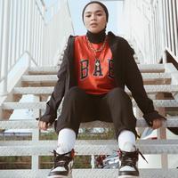 Sivia Azizah bergaya modis dengan hijab. (Instagram/siviazizah).
