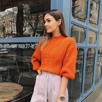 Mix and match outfit dengan warna oranye. (Foto: bloglovin.com)