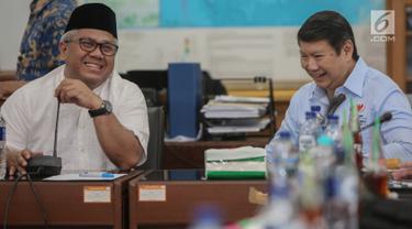 Direktur Komunikasi dan Media Badan Pemenangan Nasional (BPN) Prabowo-Sandi, Hashim Djojohadikusumo (kanan) berbincang dengan Ketua KPU Arief Budiman di Kantor KPU, Jakarta, Jumat (29/3). Kedatangan BPN tersebut untuk membahas terkait laporan permasalahan DPT. (Liputan6.com/Faizal Fanani)