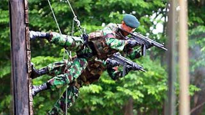 Dua prajurit Batalyon 400/Raider meluncur sambil menembak sasaran, saat melakukan simulasi penyergapan musuh, di Markas Batalyon 400/Raider, di Semarang, Selasa (17/11). (Antara)