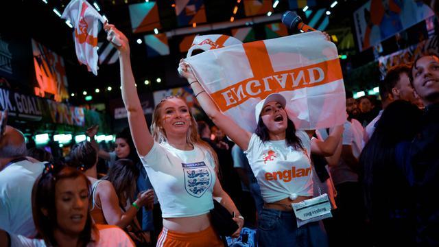 Suporter timnas Inggris merayakan kemenangan usai Inggris mengalahkan Denmark di semifinal Euro 2020 saat acara nonton bareng di Boxpark Croydon, London, Rabu (7/7/2021). (Foto: AFP/Tolga Akmen)