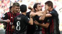 Para pemain AC Milan merayakan gol yang dicetak Carlos Bacca ke gawang Palermo pada laga Serie A di Stadion Giuseppe Meazza, Milan, Minggu (9/4/2017). (EPA/Matteo Bazzi)