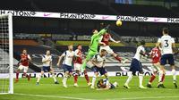 Kiper Tottenham Hotspur, Hugo Lloris, menepis bola saat melawan Arsenal pada laga Liga Inggris di London, Minggu (6/12/2020). Tottenham menang dengan skor 2-0. (Glyn Kirk/Pool via AP)