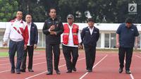 Presiden Joko Widodo didampingi Menpora, Imam Nahrawi dan Menteri PUPR, Basuki Hadimuljono meninjau sejumlah venue Asian Games 2018 di Kompleks Gelora Bung Karno, Jakarta, Senin (25/6). (Liputan6.com/Angga Yuniar)