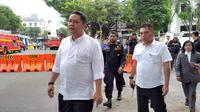 Wakil Wali Kota Surabaya Whisnu Sakti Buana memantau kondisi Jalan Raya Gubeng yang ambles. (Liputan6.com/ Dian Kurniawan)
