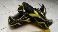 Sepatu sepak bola Diadora, satu dari sekian banyak merek yang mempertahankan desain klasik dan tetap digemari. (Sumber: Bukalapak)