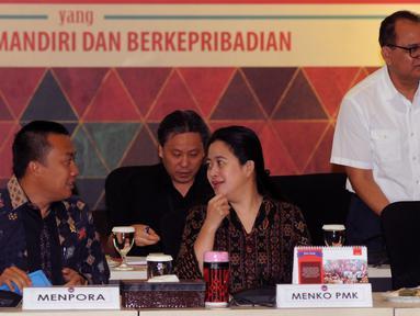 Menko PMK, Puan Maharani (ketiga kiri) berbincang dengan Menpora Imam Nahrawi jelang Rakor Persiapan Pelaksanaan Asian Games 2018 di Jakarta, Rabu (31/8). Rakor berlangsung tertutup dan dihadiri instansi terkait. (Liputan6.com/Helmi Fithriansyah)