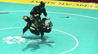 Pasangan pesilat Indonesia, Ayu Sidan Wilantari dan Ni Made Dwiyanti tampil dalam babak final ganda putri pencak silat seni Asian Games 2018 di Padepokan Pencak Silat TMII, Rabu (29/8). Pasangan ini berhasil menyabet medali emas. (Merdeka.com/Imam Buhori)