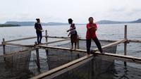 Keramba ikan di pinggiran Danau Sentani. (Liputan6.com/Katharina Janur)