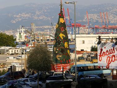 Penampakan Pohon Natal di Lebanon yang Dihiasi Baju Pemadam Kebakaran