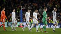 Para pemain Chelsea tampak lesu usai disingkirkan Barcelona pada laga Liga Champions di Stadion Camp Nou, Kamis (15/3/2018). Barcelona menang 3-0 atas Chelsea. (AP/Emilio Morenatti)