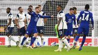 Striker Chelsea, Timo Werner, melakukan selebrasi usai mencetak gol ke gawang Tottenham Hotspur pada laga Piala Liga Inggris di London, Rabu (30/9/2020). Tottenham menang adu penalti dengan skor 5-4 (1-1). (Neil Hall/Pool via AP)