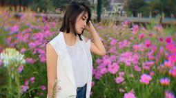 Wanita berambut pendek sebahu ini memang sering tampil kasual di beberapa kesempatan. Pada foto ini, Eva pun terlihat menggunakan blazer tanpa lengan dan dipadukan dengan baju putih serta celana denim. (Liputan6.com/IG/@eva_anindita_zachrie)