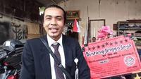 Sufyan Miftahul Arifin Nur memilih berjualan nasi bungkus khas Bali, nasi jinggo saat toko cendera mata tempatnya bekerja di Denpasar, Bali tutup. Dia pun rela berjas dan berdasi rapi guna menarik perhatian pembeli. (Foto: Liputan6.com)