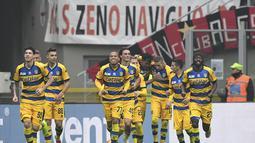Parma mampu unggul terlebih dahulu usai Inglese mencetak gol ke gawang Milan pada menit ke-49 dalam laga lanjutan giornata ke-14 Serie A yang berlangsung di stadion San Siro, Milan, Minggu (2/12). Parma kalah 1-2. (AFP/Miguel Medina)
