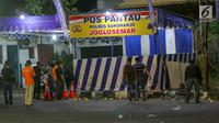 Petugas Inafis dan Polisi melakukan olah TKP di lokasi ledakan bom di Pos Polisi Pantau, Bundaran Kartasura, Sukoharjo Selasa (4/6/2019). Bom bunuh diri terjadi pada Senin pukul 22.20 WIB yang mengakibatkan pelaku aksi teror kritis dan tujuh polisi selamat. (Liputan6.com/Fajar Abrori)