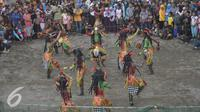 Sejumlah penari dari komunitas Lima Gunung unjuk kebolehan saat acara Festival Lima Gunung di lereng Gunung Merapi, Desa Klogowanan, Magelang, (21/7). (Liputan6.com/Gholib)